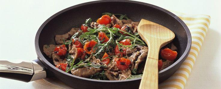 STRACCETTI DI MANZO SAPORITI Teneri straccetti di manzo, arricchiti con pomodorini freschi e rucola: un secondo piatto facile e veloce, adat...