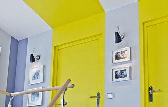 Des bandes de couleur pour encadrer les portes, qui continuent jusqu'au plafond