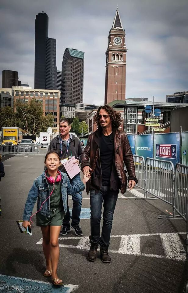 Chris arrives in Seattle soundcheck for Seahawks kickoff 2014