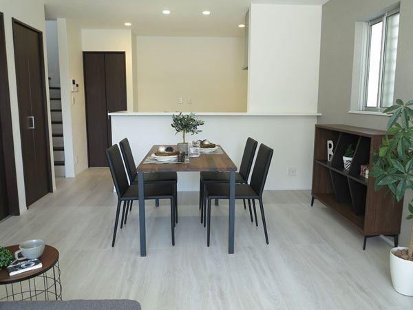 家具の色は床の色に合わせるべきか ドアの色に合わせるべきか みなさんはどちらがいいと思いますか リビング インテリア リビングダイニング 横長 インテリア 床 白