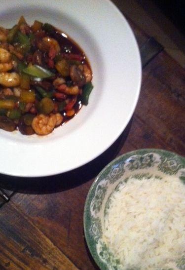 Foodinista: Ik had ontzettend veel zin in garnalen en deze keer geen pasta, maar een snelle surf en turf met rijst. Hoisin met garnalen en spekjes en snel workrecept.