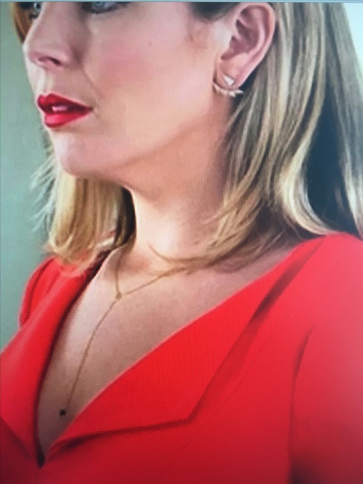 Frankie and Grace: necklace that June Diane Raphael wears when she plays the Brianna Hanson character