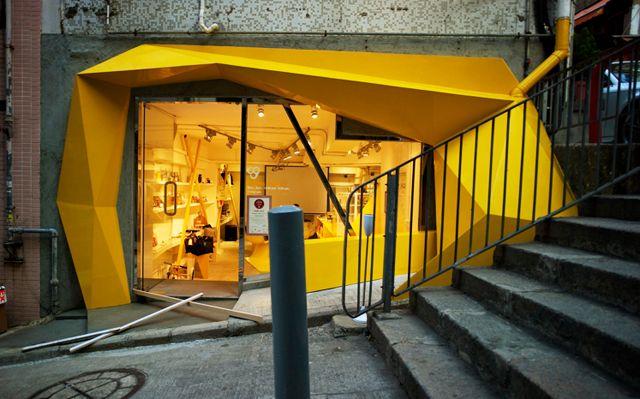 Marisa: Muy original la fachada de  Konzepp Store, Hong Kong, por sus formas geométricas y su color brillante.