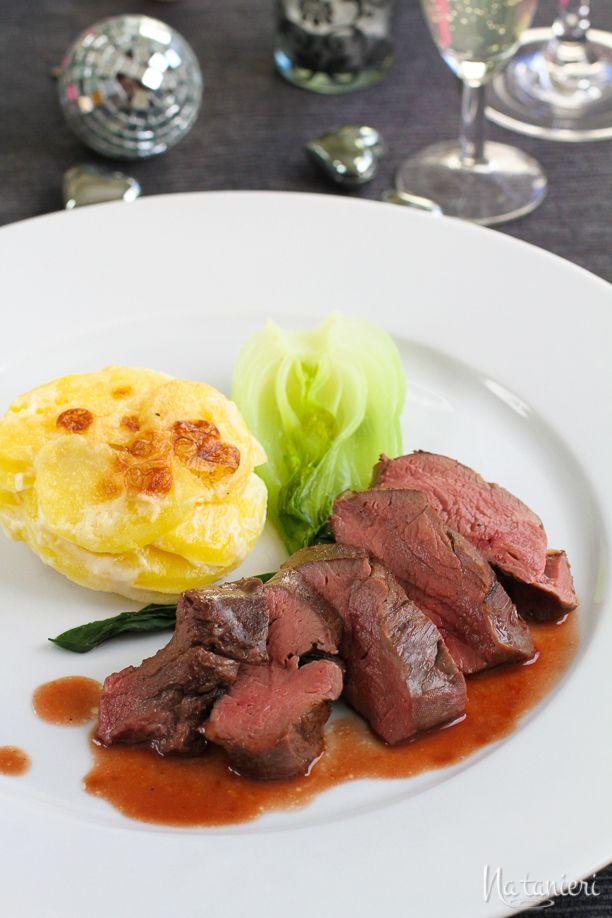 Jelenia sviečkovica sous vide s cumberlandskou omáčkou, pareným pak čojom a zemiakmi dauphinoise