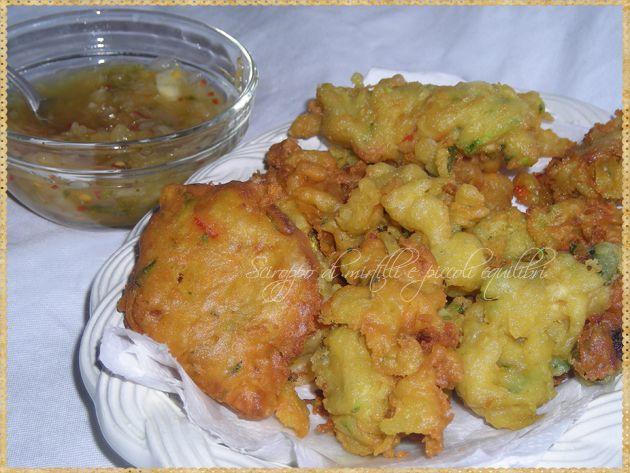 Pakora di verdure tritate con chutney di cipolla