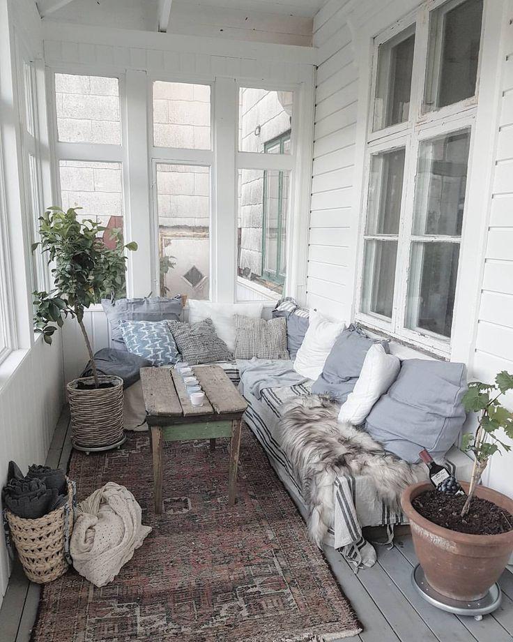 Vi har gjort det mysigt på altanen här ska vi spendera många timmar! Skönt att ha ett ställe på altanen där det inte regnar! Väntar nu på en #baldakin som ska hänga över #uterum #altan #sommar #vindskydd #villamariedal #renoveringsdamm #finahem #gamlafönster #sekelskifte #sekelskiftehus