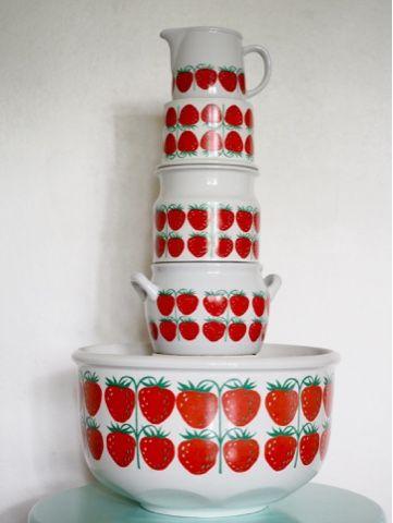 Raija Uosikkisen kuvittama Pomona-sarja mansikkakuviolla