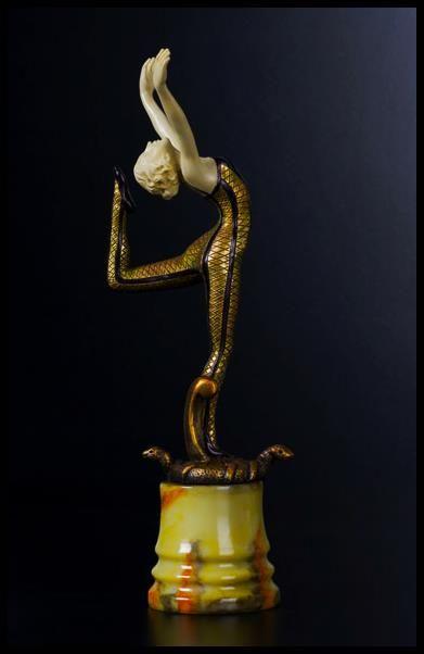 """""""El arte es magia liberada de la mentira de ser verdad."""" (Theodor Adorno) Bienvenidos a la magia, amigos. Bienvenidos a Lis    Reproducción de la criselefantina de Otto Poertzel 'Encantadora de serpientes'. La Tienda de Lis (C/ Prior, 11 y C/ Gibraltar,14 - Salamanca).  Fotografía: David Arranz"""