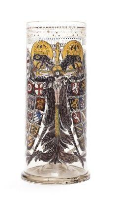 """Glas från 1581 med tyskromerska dubbelörnen med krucifix målad i emaljfärg. Inskrift under randen: """" Dass Heilig Römisch Reich mit sampt seinen glieder."""" """" 1581"""". Tyskt arbete."""
