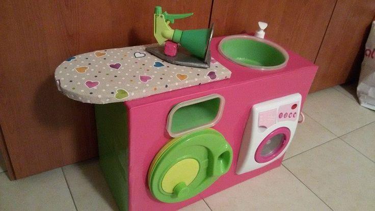 DIY lavanderia Occorrente: uno scatolone di un un computer, una lavatrice giocattolo, una centrifuga per insalata da dismettere, due contenitori x frigorifero, della plastica adesiva, un ritaglio di stoffa, un vecchio spruzzino, un evidenziatore, dei pezzi di cartone