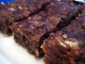 Healthy quinoa cholcolate bars  Rinde 12 barras  3/4 taza de quinua seca, o aproximadamente 2 tazas de quinua cocida  1/2 taza de dátiles, sin las pepitas  3 cucharadas de néctar de agave  2 cucharadas de aceite de safflower, girasol o coco  2 cucharadas de semillas de ...