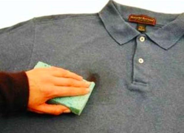 L'astuce miracle pour nettoyer des taches de graisses sans frotter noté 5 - 1 vote Vous en avez assez de vous acharner sur les taches de graisse que vous frottezpendant plusieurs minutes sans résultat? Voilà l'ingrédient miracle! Il vous faut: — de la farine! Comment faire? — Pour un vêtement: 1/ Saupoudrez votre lingesale de...