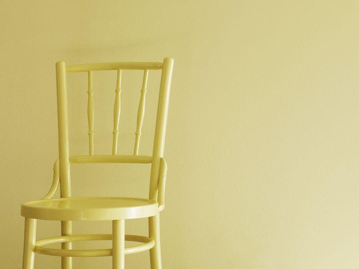 Aurinkoa kotiin! Seinä on maalattu Tikkurilan sävyllä Tuohus J392. Tuoli on tuunattu sävyllä Greippi S302.