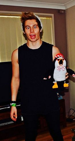 No matter how hard Luke tries he will never look ugly... sorry babe lol