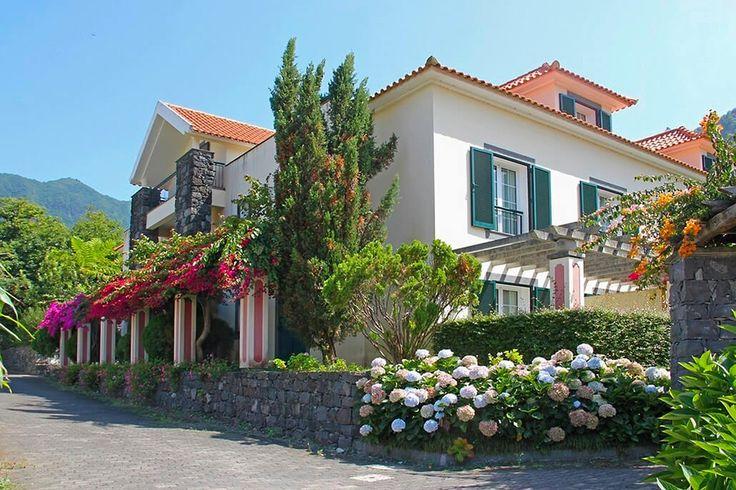 Description: Optimaal genieten van je vakantie op Madeira ver weg van de gebruikelijke toeristenstroom.  Kleinschalig en stijlvol hotel Wil je in je vakantie het liefst ver weg van de massa verblijven gun jezelf dan een vakantie in Solar de Boaventura het elegante guesthouse aan de rand van het pittoreske dorpje Boaventura. Volgens de regels van de kunst werd het eeuwenoude pand in alle ere hersteld en voorzien van een opmerkelijke mix van antiek meubilair en moderne snufjes. In het…