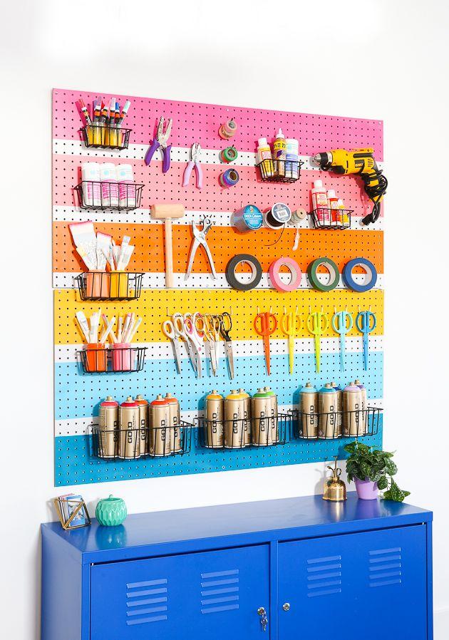 Una idea DIY muy fácil y decorativa: pintar un panel perforado con pintura en aerosol. Tu zona de trabajo estárá en orden.