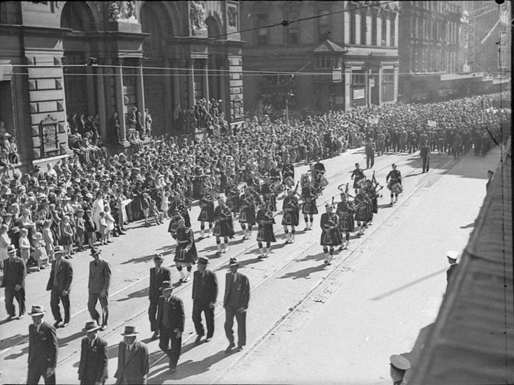 ANZAC day march, Sydney, 1944, walking past the Bank of New South Wales, photograph by Sam Hood. From State Library of New South Wales http://www.acmssearch.sl.nsw.gov.au/search/itemDetailPaged.cgi?itemID=29862
