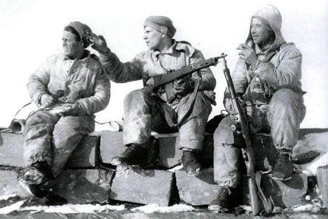 Înainte ca AK-47 să fie cel mai popular pistol-mitralieră din lume, vedeta sovietică a câmpurilor de bătălie din timpul Războiului Rece, rușii au fost creatorii primei puști de asalt din lume. Prima pușcă automată a fost creată de un grup de pasionați de armament în Rusia anilor premergători Revoluției din 1917, deși a avut o viață scurtă, dar de succes. Vladimir Grigoryevich Fyodorov este numele pe care îl păstrează analele producerii de armament ca fiind designerul primei puști de asalt…