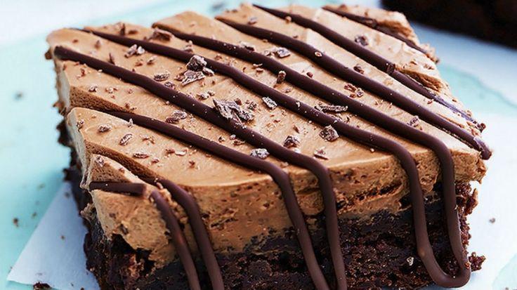 brownies cubiertos de mousse de chocolate y malvaviscos