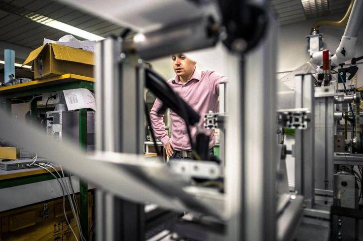 Tutkija Roger Bollström kertoo, että Åbo Akademin paperinjalostuksen laboratoriossa oleva hybridipainokone on rakennettu Akademin tutkijoiden omin voimin. Kuva: TS