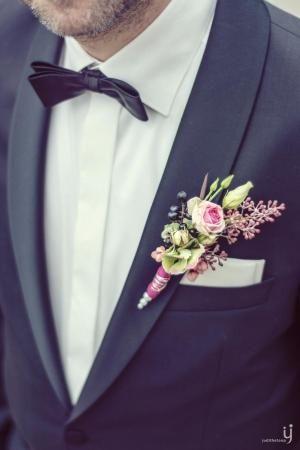 Boutonniére mit Rose | repinned by @hochzeitsplaza | #boutonniere #bräutigam #hochzeit #weddinginspo #hochzeitsplanung #hochzeitsblog #braut #hochzeit2017