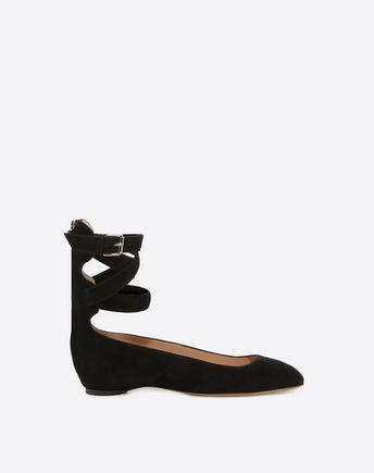 Are you looking for Valentino Garavani Ankle Strap Ballerina? Find out all the details at Valentino Online Boutique and shop designer icons to wear.