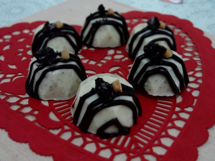 Chocolate blanco con trozos de galleta tipo Oreo en su crema, decorado con líneas de chocolate amargo, caramelo blando y galleta.