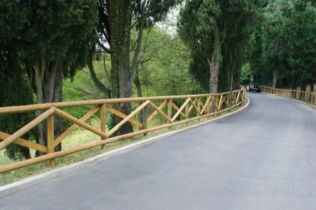 Pali e mezzi pali in pino impregnati in autoclave per recinzioni e staccionate
