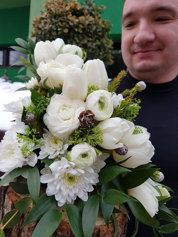 Puritate: lalele albe, crizanteme spray, ranunculus si verdeata de tot felul montate pe o felie de lemn. Purity: white tulips, crysantema spray, ranunculus and all kind of greenery on a slice of wood