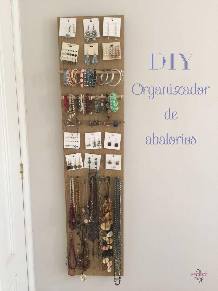 Con un trozo de madera y unos pocos materiales corrientes podemos hacer un organizador de abalorios para nuestros collares, pulseras y demás.