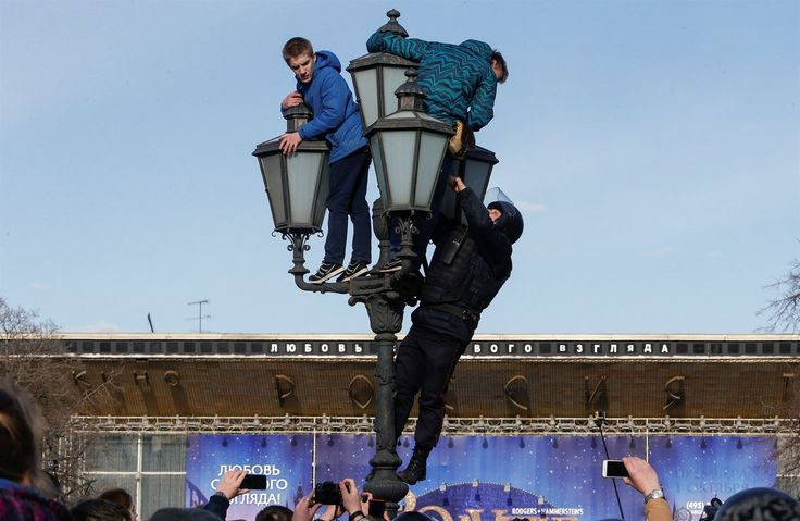 Policista sundavá demonstranty z lampy během protestů v Rusku. | na serveru Lidovky.cz | aktuální zprávy
