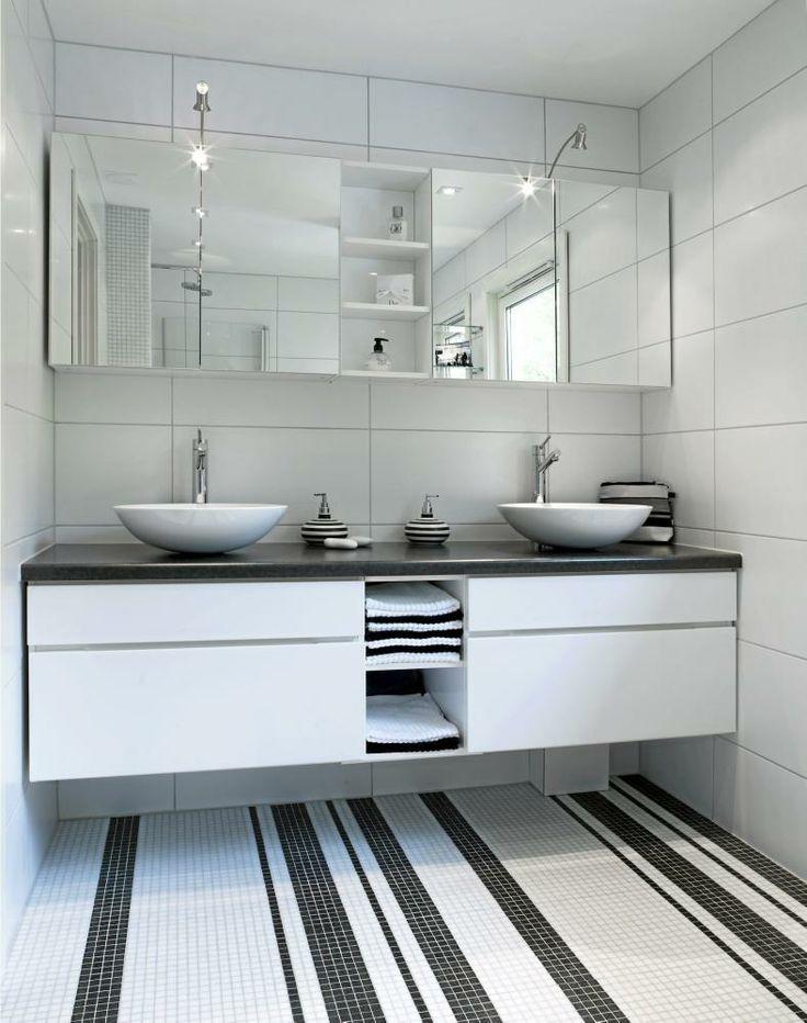 Et alternativ til tradisjonelle svart-hvite bad kan skapes gjennom bruk av mønster. Mosaikkfliser gir mange dekorasjonsmuligheter, her har de valgt striper.
