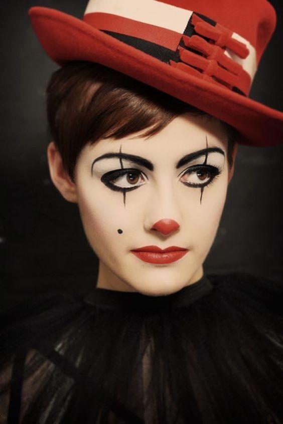 maquillage clown, deguisement femme facile, nez et lèvres rouges, des yeux contour noir, tenue noire t chapeau melon rouge