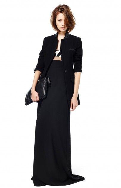 Vestido largo de cóctel de tirante fino ceñido en el pecho con falda efecto evasé. Elaborado en crepe fluido con el pecho remarcado en contr...