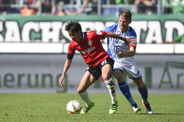 Hiroshi Kiyotake Photos - Hiroshi Kiyotake of Hannover is challenged by Eugen Polanski of Hoffenheim during the Bundesliga match between Hannover 96 and 1899 Hoffenheim at HDI-Arena on May 7, 2016 in Hanover, Germany. - Hannover 96 v 1899 Hoffenheim - Bundesliga
