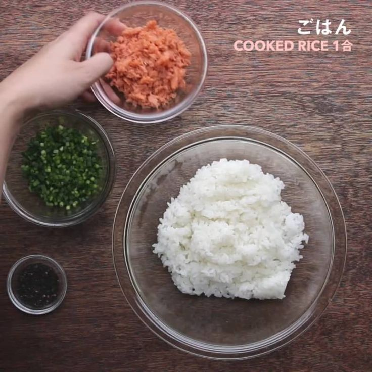 行楽弁当に使える!簡単おにぎりバリエーション 皆さんはこの連休にどこにお出かけしますか?  レシピは以下の通りです   各2人分  ■鮭とねぎのおにぎり 材料 ごはん 1合 A.鮭フレーク 60g A.青ねぎ 50g A.黒ごま 大さじ1  作り方 1.ごはんに(A)を加え、混ぜ合わせる。 2.水で手を濡らし、(1)を好みの形に握ったら、完成!  ■梅と大葉のおにぎり 材料: ごはん 1合 A.大葉(千切り)4枚  A.しらす 大さじ2 A.梅干し(種を抜いて叩く)5個分 A.塩 ひとつまみ  作り方 1.ごはんに(A)を加え、混ぜ合わせる。 2.水で手を濡らし、(1)を好みの形に握ったら、完成!  ■バターしょうゆコーンのおにぎり 材料: ごはん 1合 A.コーン缶 50g A.バター 20g A.しょうゆ 小さじ1 青のり小さじ1  作り方 1.ボウルに(A)を入れ、500Wの電子レンジで1分加熱する。 2.ごはんに(1)を加えて混ぜ、青のりを加えてさらに混ぜる。 3.水で手を濡らし、(2)を好みの形に握ったら、完成!  ■さくらえびと枝豆のおにぎ...