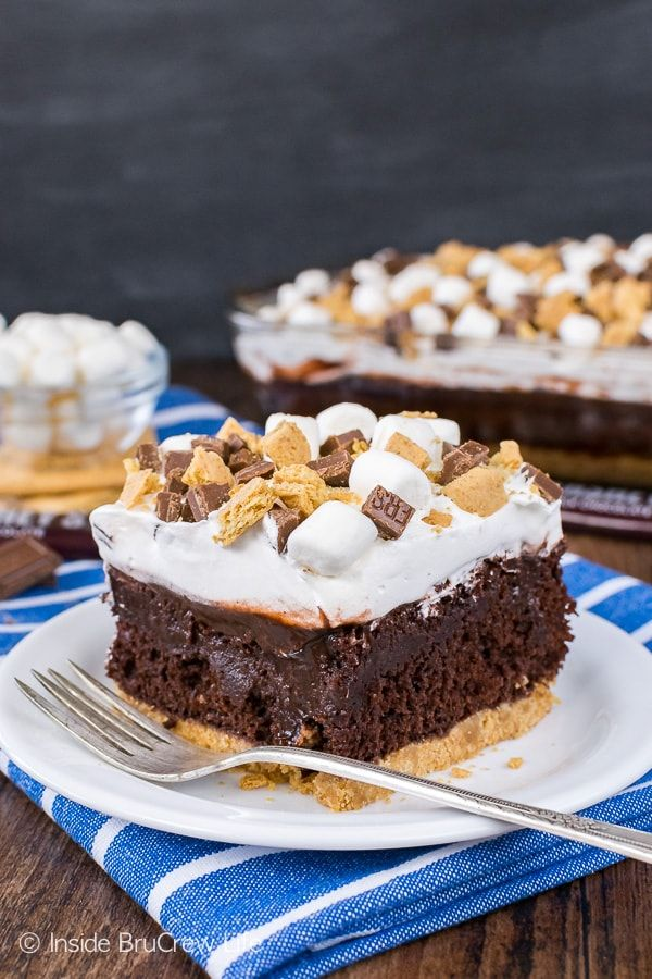Chocolate S'mores Pudding Cake - a graham cracker crust, chocolate pudding, and a creamy marshmallow frosting make this chilly cake amazing! Great summer recipe for picnics and parties!