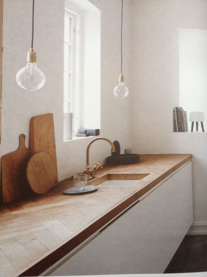 Moderne Ibiza keuken met houten visgraat werkblad. Organisch én uniek!