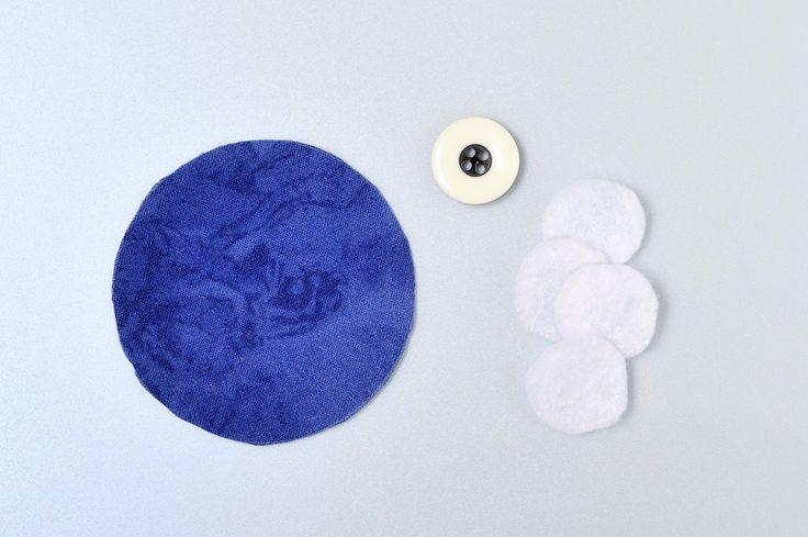 """Для этого мастер-класса я воспользовалась схемой изготовления , разработанной Джинни Бэер. Джинни предлагает сшить эту игольницу из бордюрной ткани, и даёт на выбор два варианта раскроя такой ткани: вертушка и мини-калейдоскоп. Я покажу, как сшить вариант """"мини-калейдоскоп"""", используя ткань с…"""