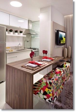 A sala de jantar pode ser integrada a cozinha, com uma bancada e ficar elegante com poltronas coloridas :D