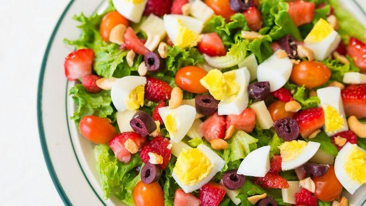 Insalata estiva sfiziosa con fragole, lamponi, uovo sodo e olive: la ricetta.