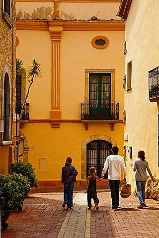 Begur, Baix Emporda, Costa Brava, Girona Province, Catalonia. - market is on Wednesday.