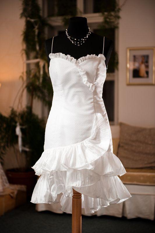Krátké+svatební+šaty+Šaty+z+bílé+puntíkatého+tylu,+podložené+dyšesem+a+s+volánovou+sukní.+Hodně+vypasované,+velikost+38.+Mohu+ušít+větší,+příp.+i+dlouhé.+Tyto+šaty+již+nemám,+ale+mohu+ušít+jiné+ve+velikosti+podle+přání.
