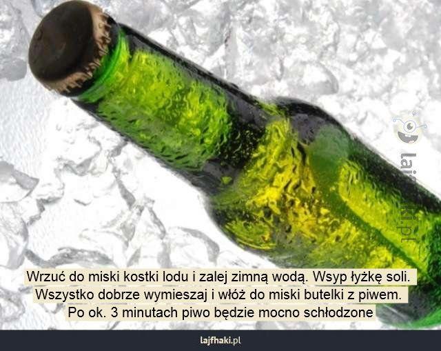 Jak szybko schłodzić piwo? - Wrzuć do miski kostki lodu i zalej zimną wodą. Wsyp łyżkę soli.   Wszystko dobrze wymieszaj i włóż do miski butelki z piwem.   Po ok. 3 minutach piwo będzie mocno schłodzone