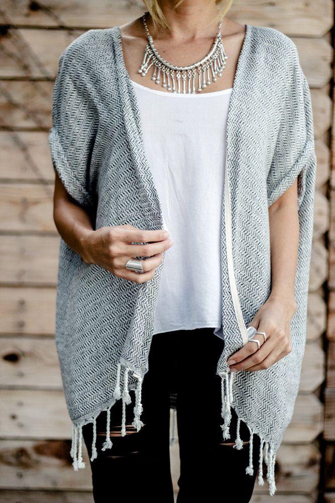 Zachte korte vest | Bahar jas  Ontmoet onze zoete en eenvoudige Bahar-jasje. Dit kledingstuk beschikt over opgerolde mouwen, handgemaakte kwasten, en zit aan de de perfecte lengte voor het in paren rangschikken met uw favoriete cut-offs of jeans. De Bahar Kimono is een sure-fire manier om toevoegen sommige flair aan je outfit terwijl de resterende elegant en stijlvol.  ✗ o/s One Size fits meest ✗ Ongeveer 32-inch (81 cm) lengte ✗ Turkse 100% katoen ✗ Machinewas koude | Hang droog | Cool ...