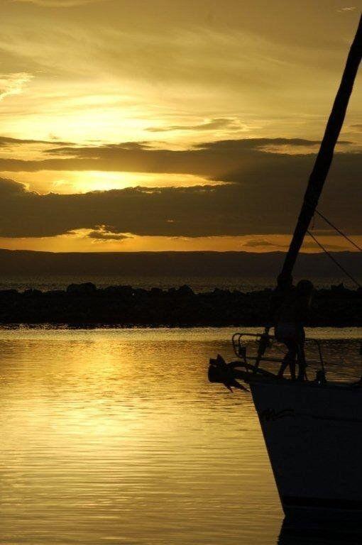 Vascello con la chiglia ferita,ugualmente punta l'orizzonte. Bisogna navigare,sempre.