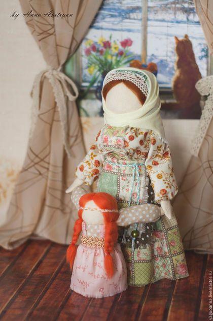 Купить или заказать Кукла Ведучка, обережная куколка... в интернет-магазине на Ярмарке Мастеров. В старину на Руси женщины делали себе куколку для того, чтобы стать мудрой и заботливой матерью, уметь понимать потребности своего ребёнка, многому его научить и помочь выйти в большую взрослую жизнь. Кукла «Ведучка» соединяет в себе две куклы – матери и ребёнка. Мать бережно держит за ручки своего ребёнка, который только-только начал ходить и делает свои первые неуверенные шаги.