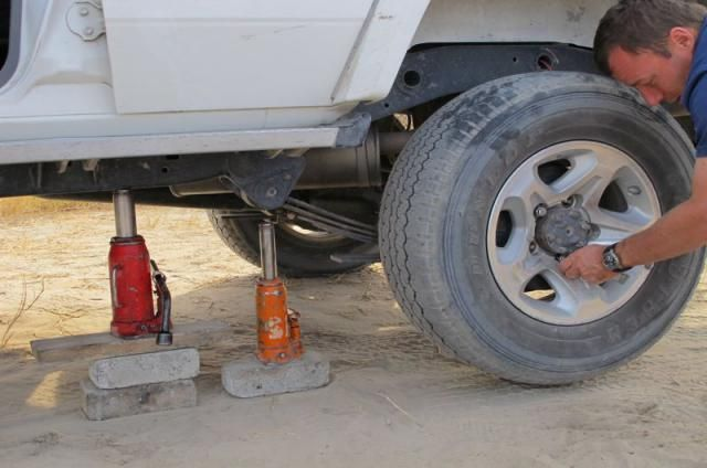 It is advisable to take out additional insurance, especially for spare tires and the windscreen, as thorns and loose stones often take their toll on rental cars when driving on dirt roads.