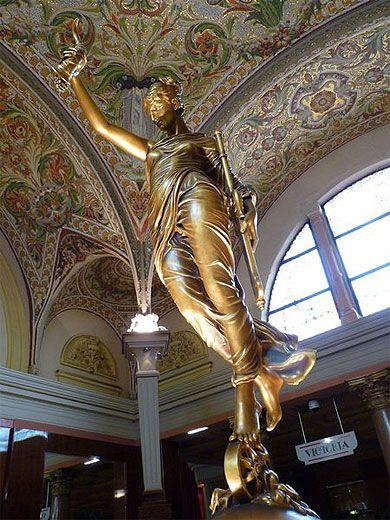 Statue au Casino d'Aix-les-Bains, Alpes > Savoie > Lac du Bourget