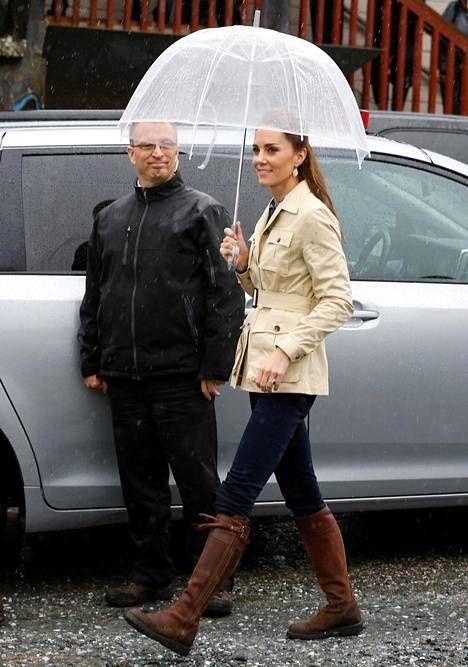 Prinssi Williamin puoliso pukeutui maanantaina Holland & Hollandin safaritakkiin ja Zaran farkkuihin.
